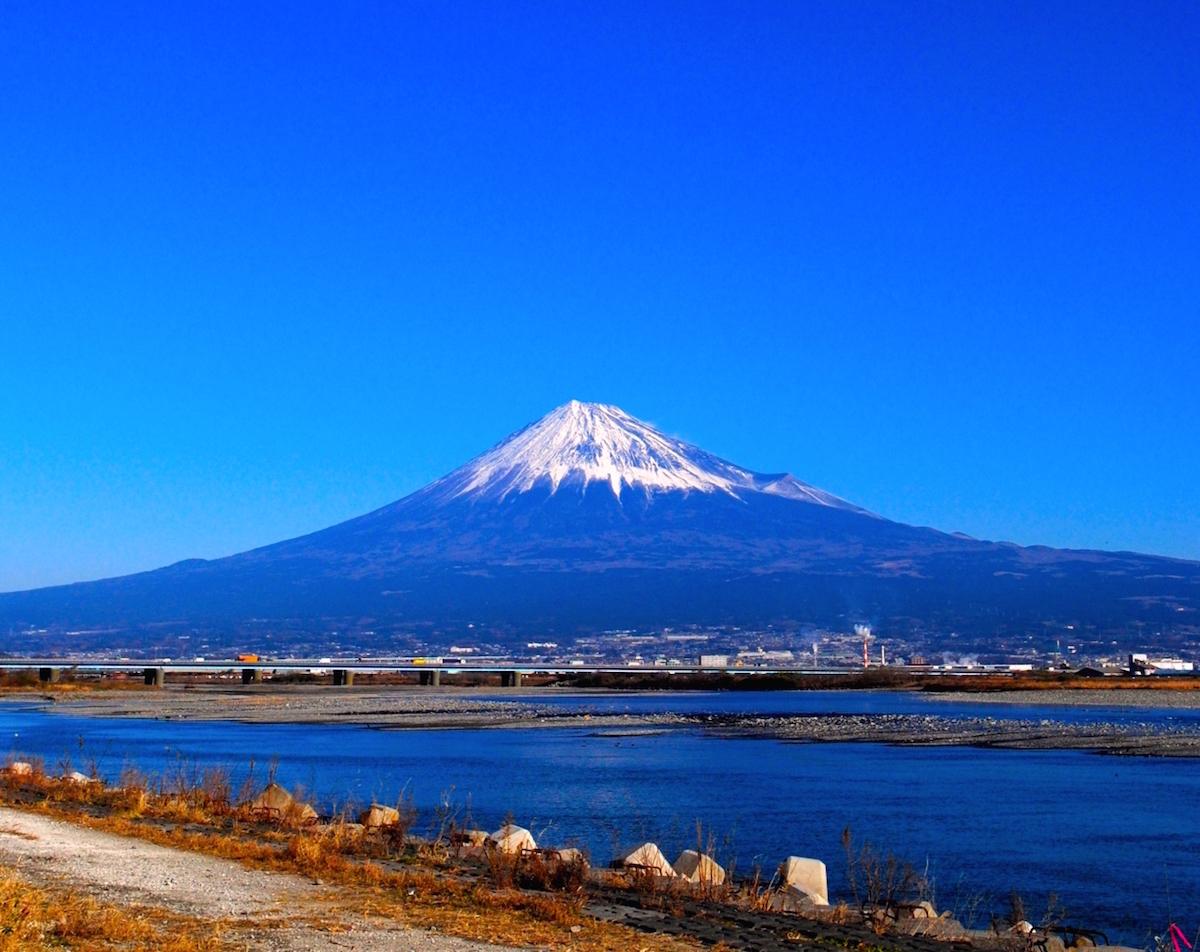 河口に近い国道1号新富士川橋と富士山