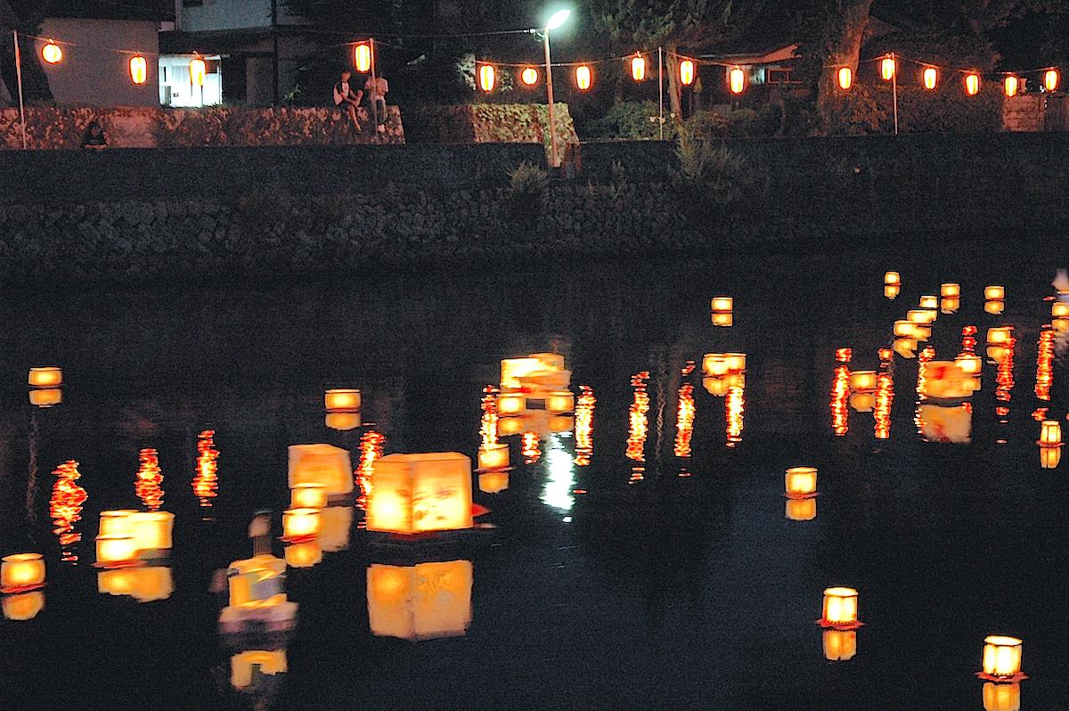 松崎町の盆の風物詩である『灯篭流し』