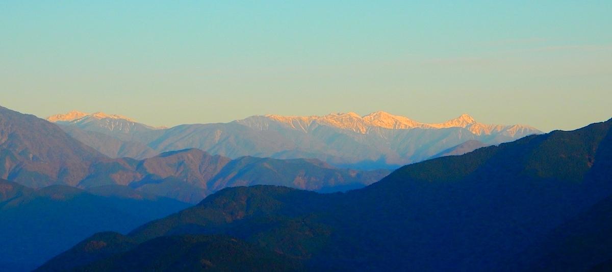 白鳥山山頂から日の出時の南アルプス南部の山並み眺望