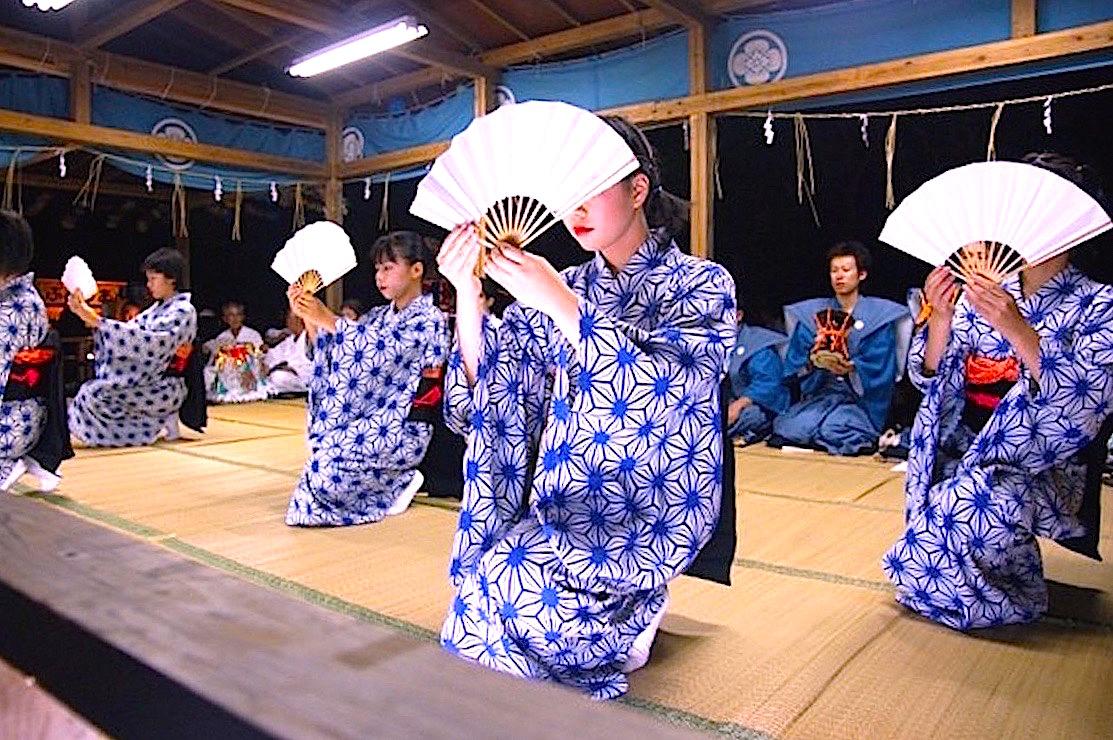 「ヒーヤイ踊」は少女達の小歌踊